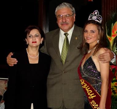 Elección Reina del Azuay 2004 .- Sra. Mireya Vélez de Cabrera, Ing. Marcelo Cabrera junto a Adriana Zúñiga Reina del Azuay 2004