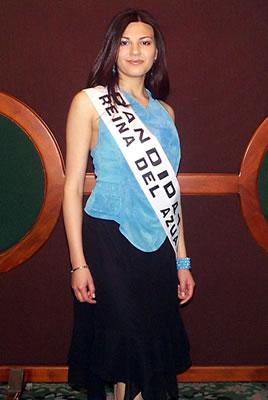 Presentación de las Candidatas a Reina del Azuay .- Karina Fernández nació el 6 de julio de 1984, mide 1.68m, cabello castaño oscuro, ojos negros, cursa el Segundo Ciclo de Estudios Internacionales, le gusta la lectura, el baile y pasar tiempo con sus amigos.