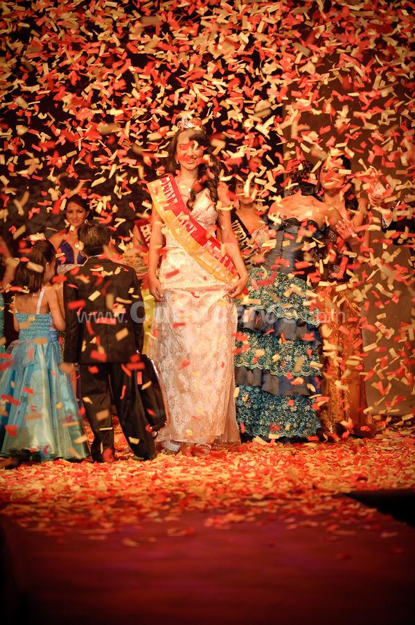 Reina del Azuay 2009 .- El 17 de Diciembre del 2009 en los Salones del Centro de Convenciones del Mall del Rio se realizo el evento Reina del Azuay 2009 donde hermosas candidatas representantes de 11 cantones de nuestra provincia disputaron la corona. Las candidatas fueron Tatiana del Carmen Idrovo Raibán por Chordeleg, Priscila Estefanía Sarmiento Cáceres por Cuenca, Fátima Gabriela Delgado Lopez por El Pan, Vanessa Cristina vazquez Centeno por Gualaceo, Yessenia Pilar Quezada Carrión por Nabon, Carmen Marlene Solano Solano por Oña, Rosita Lisseth Abad Leon por Paute, Mercy Rosario Redrován Molina por Pucara, Verónica Tatiana Duran Castro por Santa Isabel, Carmen Ximena Córdoba Molina por Sevilla de Oro y Dayana Zulema Zambrano San Martin por Sigsig. Luego de las deliberaciones el jurado calificador nombro a la gualaceña Vannessa Vazquez como la nueva Reina del Azuay 2009 además Señorita Simpatía fue nombrada Gabriela Delgado de El Pan mientras que Ximena Córdova de Sevilla de Oro fue nombrada Señorita Turismo, La representante de Cuenca Priscila Sarmiento gano el mejor traje típico y el titulo de la Virreina del Azuay.