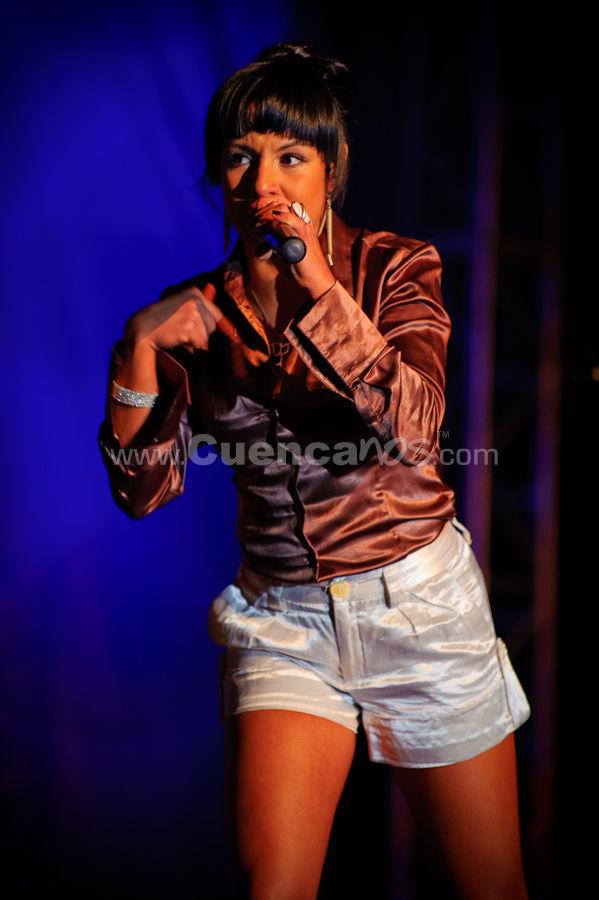 Maia .- Mónica Vives Orozco, conocida artísticamente como Maía, es una cantante y compositora colombiana de género pop y rock.  Nació en Barranquilla, Colombia en el año de 1982. Para Cuenca dedicó los temas que le hicieron conocer como artista: Ingenuidad, Se me acabo el amor, Aguacero y Niña bonita: Me encanta que me hayan invitado a la elección de éste reinado, que demuestra la cultura y las partes turísticas del Azuay. Maía se retiró del escenario, pero luego retornó para cantar su Niña Bonita, se bajó del escenario e interactuó con los cuencanos, que la ovacionaron.