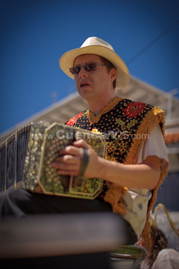 El Pase del Niño Viajero 2009 .- Una de las tradiciones de la ciudad de Cuenca es el Pase del Niño Viajero, donde cientos de Cuencanos sobre todo niños y niñas son vestidos con trajes relacionados con la navidad como Ángeles, Pastores, Mayorales, Vírgenes, etc. Así recorren muchos kilómetros por las principales avenidas y calles del centro de la ciudad, esta tradición es cada año el 24 de Diciembre y empieza desde las 9hr llegando hasta las 17hr.