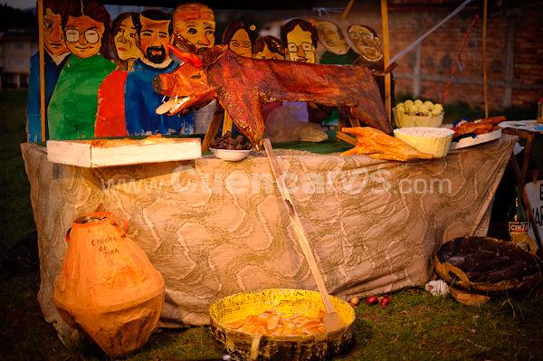 Año Viejo 2009 .- Cada Año el 31 de Diciembre cientos de Cuencanos organizan la tradicional quema del año viejo, de esta forma miembros de diferentes barrios de la ciudad se organizan creando monigotes y muñecos de diferentes tipos representando lo más peculiar que ha pasado en este año.