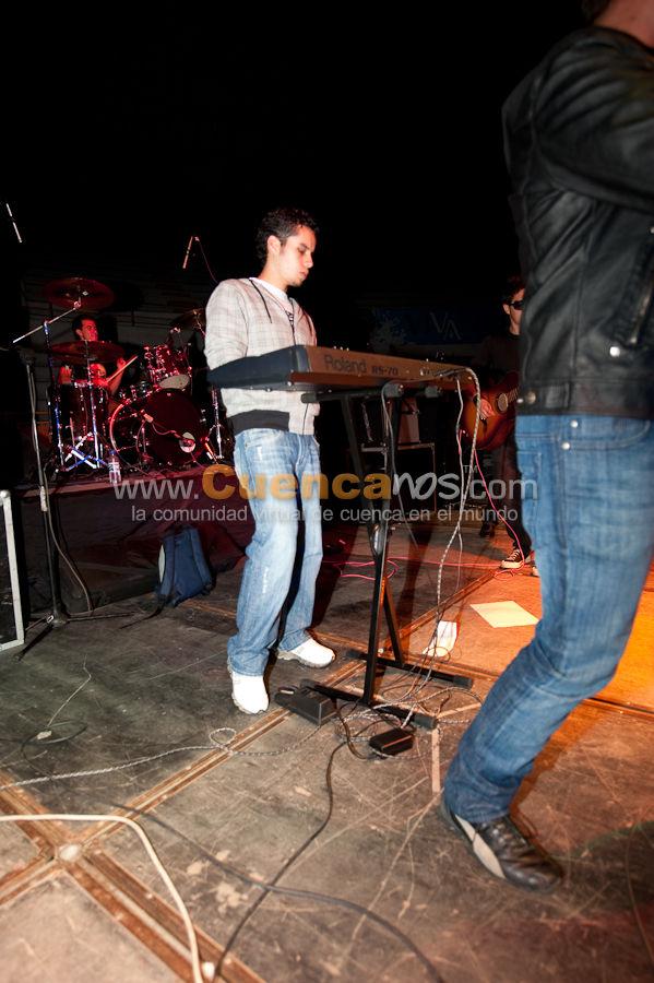 Punto Dos .- Juan David Wilches y Sebastian Palacios, dos jovenes cuencanos que se unen para formar un duo musical increible, Ambos han tenido la influencia del pop desde muy pequenos, siempre se identificaron con ese estilo especificamente.  Bandas como Sin Bandera, Camila, Kalimba, Luis Fonsi, marcaron una pauta en su carrera musical y segun sus registros vocales empiezan a crear y a escribir canciones como estas.  Es en los ensayos de la banda donde Sebastian empieza a jammear en la guitarra y Juan David continúa con la letra de la cancion, asi empieza la fusion de palabras y notas musicales hasta llegar al formato en lo que hoy en dia es DAME UNA SEÑAL.