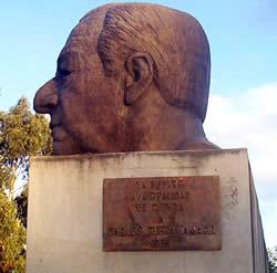 Carlos Cueva Tamaríz .- Nace en Cuenca en 1898 y muere en 1991, Abogado, Ministro de Gobierno, Ministro de Educación, Embajador ante la Asamblea de las Naciones Unidas, Diputado por el Azuay, Profesor y Rector de la Universidad.
