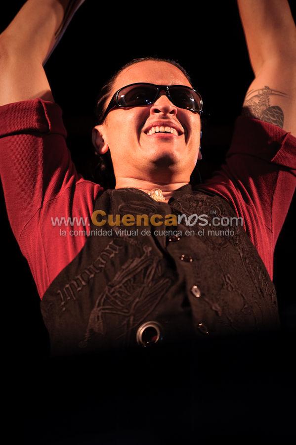 Elvis Crespo .- Elvis Crespo visito nuestra ciudad y dio un concierto espectacular el viernes 12 de Febrero del 2010, donde miles de Cuencanos bailaron en la Plaza de Toros Santana. Nacido en la ciudad de Nueva York el 30 de Julio de 1971. A una edad tierna se trasladó a Puerto Rico con su madre. Donde siempre soñaba ser un jugador de baseball. Y también ser integrante del popular grupo Menudo.   Fue parte de Grupo Manía por un buen tiempo donde tuvieron muchos éxitos como Linda Eh, A que te pego mi manía, Ojitos Bellos  y muchos otros que realmente llegaron a sonar y llegar a los corazones de todos los fanáticos.   Elvis Crespo debuta como solista con el disco que lleva por título Suavemente para Sony Discos. Un CD completo con mucho romanticismo. El primer sencillo Suavemente llegó al tope de los rankings de diferentes medios de comunicación.   Debido al éxito de Suavemente decide sacar un disco con remixes del tema Suavemente.  En 1999 saca su disco Píntame, este tiene un contenido muy romántico, en el que se incluye la balada Enamorado de ti, también incluye un tema dedicado a los padres, este divulga como su mayor mensaje : No maltrates a los niños, este tema es Pequeño Luis, en este disco, Elvis Crespo también incursiona en la salsa, con el tema Eres tú.  En estos momentos, Elvis Crespo es uno de las mayores exponentes del merengue en América Latina, esperamos que este ya consagrado artista nos siga dando sorpresas a todos los fanáticos del merengue.  Su don de pueblo, de estar en contacto con sus valores familiares, de tener sus pies bien puestos en la tierra y no olvidar nunca que el pueblo es el que tiene la última palabra en su trabajo, han sido ingredientes esenciales en lo que hoy ha sido la explosión de Elvis en Latinoamérica y Europa. Píntame es la consolidación de Elvis como la primera joven figura del merengue en la actualidad.