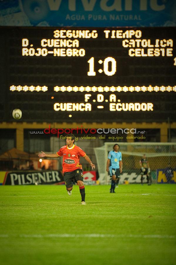 Deportivo Cuenca vs Universidad Catolica 24 de Febrero del 2010 .- Un importante triunfo obtuvo Deportivo Cuenca frente a Universidad Católica por la mínima diferencia. Con esta victoria el equipo colorado comparte la primera ubicación de la tabla con Barcelona y Liga de Quito.