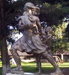 La Madre .- Inauguración: Junio 26 de 1966, Ubicación: Antiguo Parque del Ejército, hoy, Parque de la Madre, con frente a las Avenidas 12 de Abril y Federico Malo, Autor de la obra: Paúl Palacio. Con ocasión de la Asamblea Nacional de Ejecutivos Rotarios, reunida en Cuenca en la semana del 19 al 26 de Junio, el club Rotario de Cuenca entregó al Alcalde de la Ciudad, como un homenaje a la Madre Cuencana, el Monumento dedicado a ella, que fue costeado por el club, listo desde Noviembre del año anterior. La inauguración del monumento en bronce creación artística de Paúl Palacio que representa a la madre valerosa en actitud de protección de todos los peligros a sus tiernos hijos, congregó en el antiguo Parque del Ejército, hoy denominado Parque de la Madre, y que tiene un espacio amplio dedicado a parque infantil.