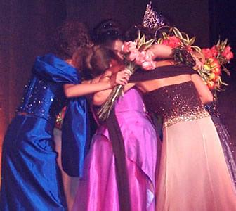 Reina de Cuenca 2002 .- Las candidatas en un abrazo de solidaridad y unión en momentos previos a la elección final