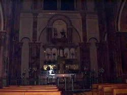 Catedral de la Inmaculada Concepción .- En las tres amplias naves caben diez mil personas.  La nave central coronada por arcos de medio punto, descansa en sólidas pilastras de ladrillo, revestidas de mármol, arcos y pilastras son de estilo romántico.  En los cuatro ángulos de la pilastras, de ha incorporado columnas adosadas que rematan con capiteles corintios. En la cabecera de la nave central , su exterior linda con la calle Padre Aguirre, se encuentra el ábside, de forma semicircular.  A los costados , en un plano superior se halla el coro, el cual es ocupado en las grandes ceremonias, por los cantores.