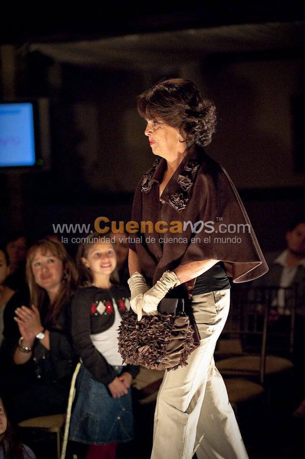 Con Ternura a Mamá en beneficio de Fundepro .- Con ternura de mamá se denomino el desfile de moda donde 30 señoras mamás abuelitas, en pasarela, vestirán los diseños exclusivos de Silvia Zeas, Estudio de Moda Fit de Ruth Galindo y Daniela López, además macanas y chales bordados de José Jiménez, la última colección de sombreros de Homero Ortega, una selección de joyas preciosas de Guillermo Vázquez y los nuevos diseños de carteras Kuerolayt.  El desfile, que cuentó con el auspicio de Mirasol, Yanbal, Diserval, Tedasa, Graiman, AeroGal, Ruth Serrano Carrión Cía Ltda, Kuerolayt, YDOECare Spa y Gym, Pangea Producción y www.Cuencanos.com, se realizará a beneficio de los 300 niños de los Centros de Desarrollo Infantil de la Fundación de Proyectos Sociales FUNDEPRO.