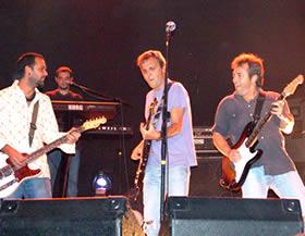 Concierto de Hombres G en Cuenca .- David Summers (voz y bajo), Rafa Gutiérrez (guitarra líder) y Javi Molina (baterista), los miembros originales de Hombres G, más los mellizos Jasón (teclados) y Milton Paradise (segunda guitarra), no solo demostraron que pueden tocar buen rock and roll. Ellos también llegaron al corazón de las mujeres con baladas como Yo te necesito, Te quiero y Solo un par de palabras.