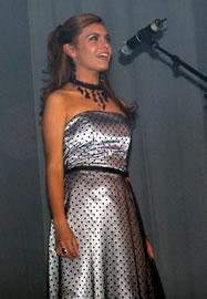 Gabriela Paredes candidata a Reina de Cuenca 2004 .- Gabriela de 19 años fue auspiciada por la III División del Ejército Tarqui