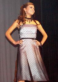 Gabriela Paredes candidata a Reina de Cuenca 2004 .- Piensa que ser auténtico engrandece sobremanera a las personas y eso trae como consecuencia ser mejores cada día.