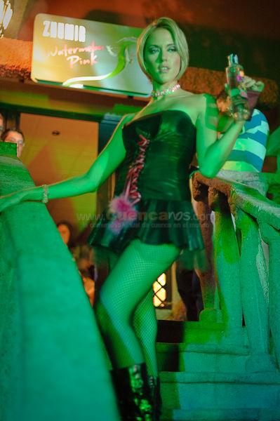 Divas Pink en el Rock Garden .- Como apertura del concierto de los Prime Ministers en Cuenca, 6 hermosas modelos  auspiciadas por Zhumir Water Pink demostraron su belleza y cuerpos extraordinarios al bajar las gradas del Rock Garden, asi todos los espectadores sobretodo hombres vieron los hermosos cuerpos de estas chicas luciendo lencería y trajes de cuero siempre acompañadas de una botella de Zhumir Water Pink.