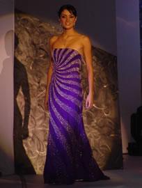 Dayana Valdivieso candidata a Reina de Cuenca 2004 .- Dayana en su presentación en traje de noche