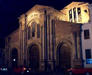 Iglesia de San Blas .- La Iglesia está ubicada en las calles Manuel Vega y Bolívar.  Sobre la puerta central, hay una hornacina con la escultura del Corazón de Jesús.  Una docena de columnas también adosadas, con diferente dimensión de sus fustes y hechas con mármol rosado, adornan la compleja fachada.