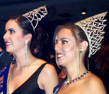 Reina de Cuenca 2002 .- Fue noche de reinas, entre las asistentes al evento estuvieron Miss Ecuador, María Lorena Salazar