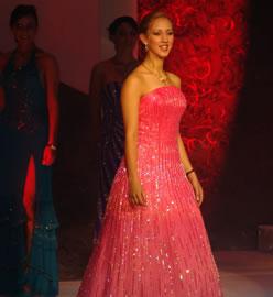 Ivonne Carpio candidata a Reina de Cuenca 2004 .- Ivonne durante su presentación en traje de noche