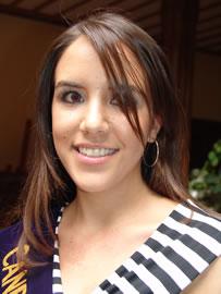 Verónica Ochoa Reina de Cuenca 2004-2005 .- Para Verónica el mundo moderno considera a los jóvenes problemas, pero si los confrontan unidos y con responsabilidad así lograrán un mundo mejor más educativo y humano.