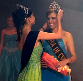 Verónica Ochoa Reina de Cuenca 2004-2005 .- La corona fue impuesta por la reina saliente Rebeca Flores