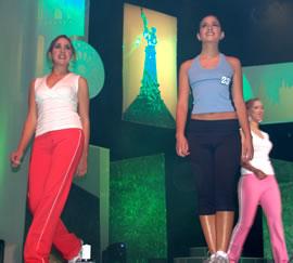 Elección Reina de Cuenca 2004 .- Gabriela Barzallo junto a Jessica Rodríguez en su salida en traje deportivo