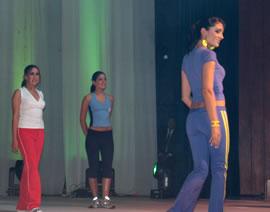 Elección Reina de Cuenca 2004 .- Música, colorido, euforia de los asistentes serían las pautas que marcarían el evento de Elección de la Reina de Cuenca