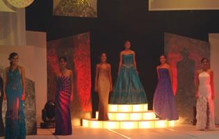 Elección Reina de Cuenca 2004 .- Para su última presentación las candidatas requirieron el apoyo del público, Gabriela, Dayana, Gabriela, Verónica, Silvia, Jessica e Ivonne ingresaron al escenario en traje de noche