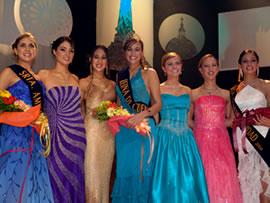Elección Reina de Cuenca 2004 .- Para la noche de la elección las candidatas trabajaron mucho, tuvieron muchas horas de ensayo, y se divirtieron y formaron un bonito grupo.