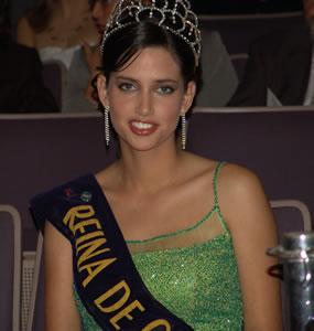 Rebeca Flores Reina de Cuenca 2003 2004 .- Era la hora de las despedidas y Rebeca Flores reina saliente dirigió unas palabras acerca de su experiencia en esta noble, pero sacrificada labor al frente de la Fundación Reinas de Cuenca.