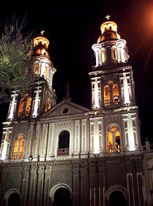 Iglesia de Santo Domingo .- Por su altura y presencia exterior, la iglesia de Santo Domingo es la segunda de Cuenca, luego naturalmente de la Catedral Nueva.  Las dos gallardas torres gemelas de ladrillo de unos cuarenta metros de altura, se destacan nítidamente en el paisaje urbano.  La construcción del templo duró veinte años y concluyó en 1926