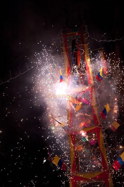 Corpus Christi 2010 .- El Jueves 3 de Junio del 2010 empezó el Septenario o Corpus Christi una tradición cuencana que hace que cientos de personas se aglomeren en el parque Calderón a disfrutar de la vista de las luces de los Castillos, Fuegos Pirotécnicos y paseando con la familia pueda saborear los tradicionales Dulces de Corpus. Esta celebración se prolonga a través del SEPTENARIO o sea los siete días subsiguientes al jueves de Corpus. Tomamos algunas fotos donde muestra algo como es esta tradición Cuencana.
