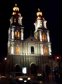 Iglesia de Santo Domingo .- Santo Domingo está ubicada en las calles Padre Aguirre y Gran Colombia. La Iglesia abre sus puertas de lunes a viernes toda la mañana hasta el medio día, y en la tarde a la hora de la misa 18h30, los sábados y domingos se encuentra abierta hasta el medio día.