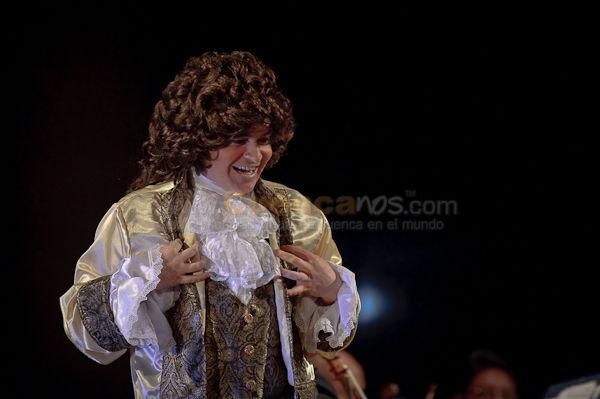 Mozart vino de Visita .- En el Teatro Casa de la Cultura el 4 de Junio del 2010 se realizo el Concierto llamado Mozart vino de Visita escrito y dirigido por Roni Porat con la participación de Medardo Caisabanda como Director Titular, Darwin Zuñiga Tenor Lírico como Amadeus Mozart, la dirección General de Roni Porat ademas de la Orquesta Sinfónica de Cuenca. Un Concierto muy bonito y emotivo que narra la historia de que Amadeus Mozart visita desde el Cielo nuestra ciudad y ayuda a la Orquesta Sinfónica de Cuenca a interpretar sus Canciones,  Aplausos se llevaron todos los músicos en especial Darwin Zuñiga que interpreto a Mozart de una muy real.