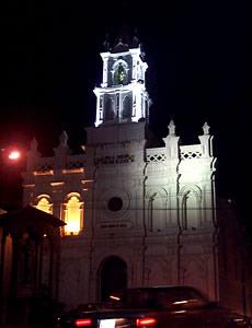 Iglesia de Todos Santos .- En la actualidad su estructura es de una sola nave, su cielo raso es de latón, existe pintura mural con motivos religiosos.  Junto a ella se encuentra una de las cruces que indicaban el límite de la ciudad.