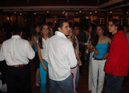 Viste Cuenca 2004 .- Con motivo de las fiestas novembrinas se desarrolló en los Jardines de San Joaquín el desfile de Modas Viste Cuenca 2004 organizado por la Cámara de la Pequeña Industria del Azuay y la Agencia de Modelos Dcler el público que se dio cita pudo disfrutar de un espectáculo lleno de luces, colorido y música que estuvo a cargo del conjunto cuencano La Santa. Para este evento se contó con la participación especial de María Susana Ribadeneira, Miss Ecuador 2004