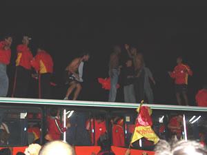 Celebración del Título de Campeón 2004 .- A su arribo a la ciudad luego del triunfo en la capital ante el Aucas, el Club Deportivo Cuenca tuvo un caluroso recibimiento ya que la misma noche se proclamó como el Campeón del Fútbol Ecuatoriano.