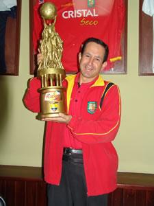 Deportivo Cuenca Campeón Temporada 2004 .- Pedro Peña Gerente Deportivo del Club con la copa del Campeón del fútbol Ecuatoriano 2004