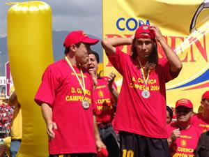 Deportivo Cuenca Campeón Temporada 2004 .- Pablo Arévalo junto a Raúl Antuña durante la premiación en el campeonato ecuatoriano de fútbol 2004
