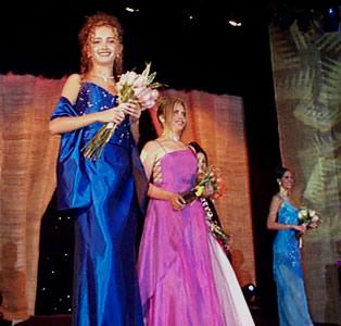 Reina de Cuenca 2002 .- Andrea Palacios junto a Paola Cuesta luciendo hermosos trajes de gala