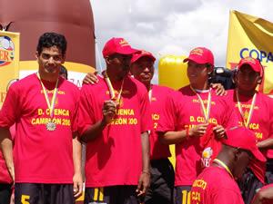 Deportivo Cuenca Campeón Temporada 2004 .- Los jugadores que llevaron al conjunto cuencano al título de campeones dieron la vuelta olímpica y festejaron el triunfo obtenido