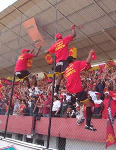 Deportivo Cuenca Campeón Temporada 2004 .- La emoción de los jugadores no pudo controlarse e incluso algunos de ellos subieron a las mallas de tribuna para demostrar su euforia.