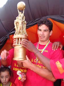 Deportivo Cuenca Campeón Temporada 2004 .- Marcelo Velazco volante del Deportivo Cuenca con la copa obtenida en el Campeonato Ecuatoriano de Fútbol