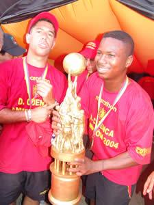 Deportivo Cuenca Campeón Temporada 2004 .- Pablo Fernández junto a Jofre Pachito volantes del Deportivo Cuenca durante la temporada 2004