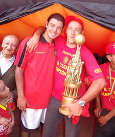 Deportivo Cuenca Campeón Temporada 2004 .- Guillermo Duro Asistente Técnico junto al hijo del Tuco Asad