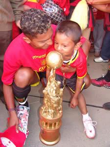 Deportivo Cuenca Campeón Temporada 2004 .- Carlos Quiñónez delantero del Club junto a su hijo