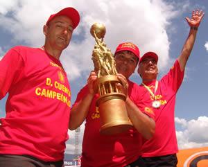 Deportivo Cuenca Campeón Temporada 2004 .- Guillermo Duro, Julio Asad y Juan Carlos Benítez, técnicos del Club Deportivo Cuenca 2004 durante la premiación por el título de Campeón del Fútbol