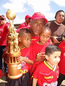 Deportivo Cuenca Campeón Temporada 2004 .- Carlos Grueso volante del Club en la Temporada 2004 junto a sus hijos