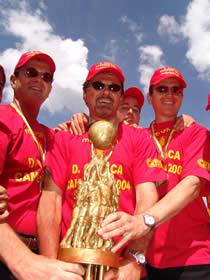 Deportivo Cuenca Campeón Temporada 2004 .- Diego, Manuel y Marcelo Vega Villa festejando el triunfo obtenido por el Club Deportivo Cuenca