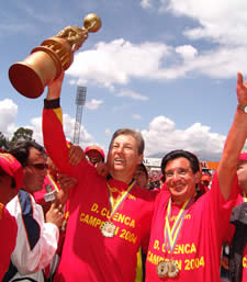 Deportivo Cuenca Campeón Temporada 2004 .- Mario Esteban Espinoza junto a Hernán Neira disfrutando del triunfo del equipo colorado