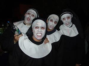 Los Inocentes 2005 .- En esta ocasión muchos aprovechan para disfrazarse de diferentes personajes como cholas, payasos, monstruos, etc y otros simplemente prefieren continuar vistiendo uniformes de los colegios femeninos de la ciudad.